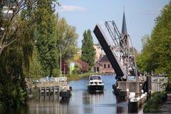 Sijtwende bro över flodvliet som är öppen i Leidschendam, Nederländerna Arkivfoton