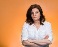 Sikająca daleko gniewna gderliwa pesymistyczna kobieta zdjęcie stock