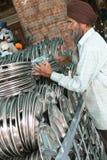 Sikh che raccoglie le zolle nella cucina del tempiale dorato Immagini Stock