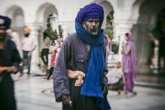 Sikh e gente indiana che visitano il tempio dorato Fotografie Stock Libere da Diritti