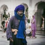 Sikh e gente indiana che visitano il tempio dorato Fotografie Stock