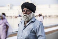 Sikh e gente indiana che visitano il tempio dorato Immagine Stock Libera da Diritti
