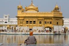 Sikh e gente indiana che visitano il tempio dorato a Amritsar, Punjab, India Immagine Stock