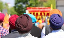 Sikh- etniska färgrika turbaner för mankläder som täcker deras hår arkivbilder