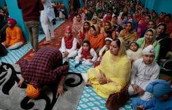 Sikh families binnen een tempel in de brede mening van Mallorca stock afbeeldingen