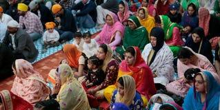 Sikh families binnen een tempel in Mallorca stock afbeeldingen