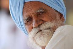 Sikh- man som bär den blåa turbanen royaltyfria bilder