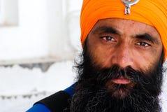 Sikh- man som bär den orange turbanen i den guld- templet Amritsar Punjab Indien royaltyfria foton