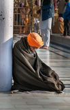Sikh- man som ber i guld- tempel amputees india Arkivfoton