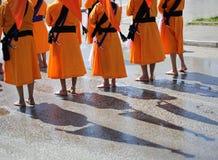 Sikh militairen met naakte voeten en oranje robes royalty-vrije stock fotografie