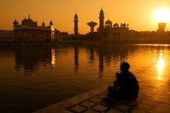 Sikh pelgrims bij Gouden Tempel India Stock Afbeeldingen