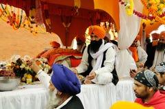 Sikh som delar mat på den Baisakhi festivalen 2013 i Brescia Royaltyfria Foton
