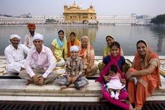 Sikhfamilj - guld- tempel - Amritsar - Indien Royaltyfria Foton