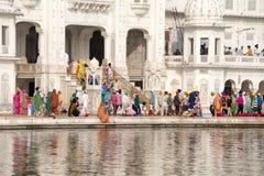 Sikhijczyk i indyjscy ludzie odwiedza Złotą świątynię w Amritsar, Pundżab, India obrazy royalty free