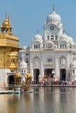 Sikhijczyk i indyjscy ludzie odwiedza Złotą świątynię w Amritsar, Pundżab, India fotografia royalty free