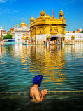 Sikhijska modlitwa w jeziorze Złota świątynia, Amritsar, India zdjęcia stock