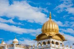 Sikhijska Złota Świątynna kopuła, niebieskie niebo Tajlandia obrazy stock