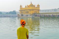 Sikhijski pielgrzymi modlenie w świętym cysternowym pobliskim Złotym Świątynnym Sri Harmandir sahibie, Amritsar, INDIA fotografia stock