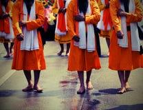 Sikhijskich żołnierzy bosy marsz przez miasto ulicy Obraz Stock