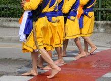 Sikhijskich żołnierzy bosy marsz przez miasto ulicy Zdjęcia Stock