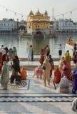 Sikhs au temple d'or dans amristar photo stock
