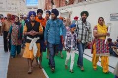 Sikhs e povos do indiano que visitam o templo dourado Fotografia de Stock