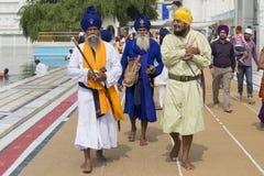 Sikhs e povos do indiano que visitam o templo dourado em Amritsar, Punjab, Índia Imagem de Stock Royalty Free