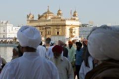 Sikhs en el templo de oro en amristar Imagenes de archivo
