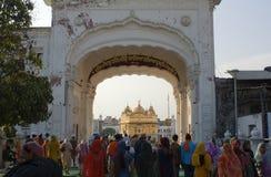 Sikhs en el templo de oro en amristar Foto de archivo