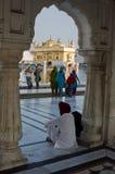Sikhs en el templo de oro en amristar Imagen de archivo libre de regalías