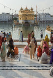 Sikhs am goldenen Tempel in amristar stockfoto