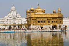 Sikhs i indyjscy ludzie odwiedza Złotą świątynię w Amritsar, Pundżab, India obraz royalty free