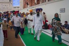 Sikhs und indische Leute, die den goldenen Tempel besuchen Stockbild