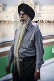 Sikhs y gente india que visitan el templo de oro Imágenes de archivo libres de regalías