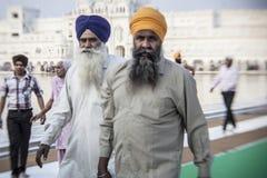 Sikhs y gente india que visitan el templo de oro Fotografía de archivo