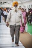 Sikhs y gente india que visitan el templo de oro Foto de archivo libre de regalías