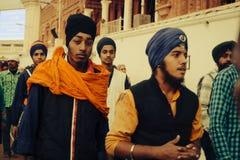 Sikhs y gente india que visitan el templo de oro en Amritsar Fotos de archivo