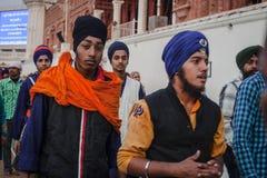 Sikhs y gente india que visitan el templo de oro en Amritsar Imagen de archivo