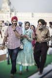 Sikhs y gente india que visitan el templo de oro en Amritsar Foto de archivo