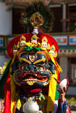 O dançarino na máscara que executa a dança religiosa do homem poderoso em Ladakh, dentro imagens de stock