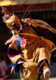 De danser die in masker godsdienstige dans Cham in Ladakh uitvoeren, binnen stock foto