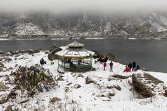 SIKKIM INDIEN, mars 9 2017: Turister på Tsomgo Changu sjön Arkivfoto