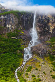 Siklawa blisko Briksdal lodowa - Norwegia obrazy royalty free