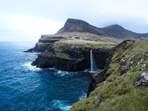 Siklawa i Gasadalur wioska, Faroe wyspy obrazy stock