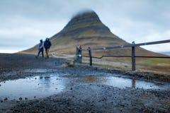 Siklawa i piękny widok przy kirkjufell górą w Iceland Europe zdjęcia royalty free