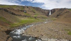 Siklawa i rzeka w Hengifoss dolinie, Iceland wschodu fjords. Obraz Stock