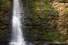 Siklawa i skały ściana Fotografia Stock