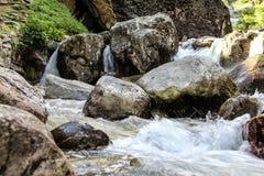 Siklawa i strumień w górach Obrazy Royalty Free
