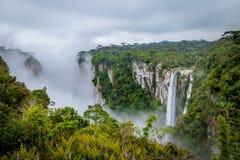 Siklawa Itaimbezinho jar z mgłą przy Aparados da Serra parkiem narodowym - Cambara robi Sul, rio grande robi Sul, Brazylia obraz stock