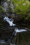 Siklawa - liźnięcie strumyka jar - Sweedler park - Ithaca, Nowy Jork obrazy stock